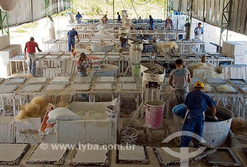 Assunto: Operários em fábrica de placas de gesso para portas corta fogo / Local: Custódia - Pernambuco (PE) - Brasil / Data: 06/2013