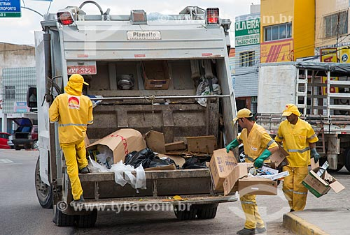 Assunto: Caminhão de coleta de lixo / Local: Arcoverde - Pernambuco (PE) - Brasil / Data: 06/2013