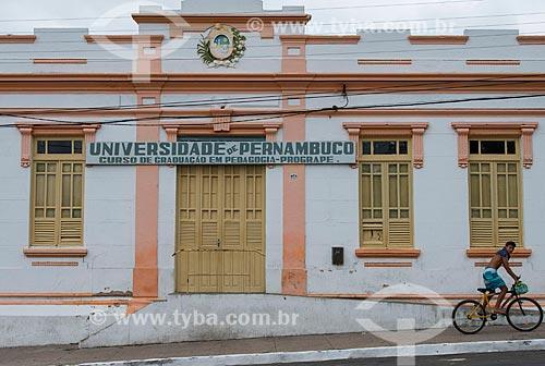 Assunto: Fachada da Universidade de Pernambuco (UPE) e ciclista na calçada / Local: Pesqueira - Pernambuco (PE) - Brasil / Data: 06/2013