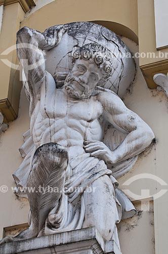 Assunto: Estátua de Atlas - um dos titãs gregos, condenado por Zeus a sustentar os céus para sempre - na fachada do prédio da Inspetoria da Receita Federal (1933) / Local: Porto Alegre - Rio Grande do Sul (RS) - Brasil / Data: 07/2013