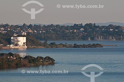 Assunto: Vista geral da Fundação Iberê Camargo (2008) às margens do Lago Guaíba / Local: Porto Alegre - Rio Grande do Sul (RS) - Brasil / Data: 07/2013