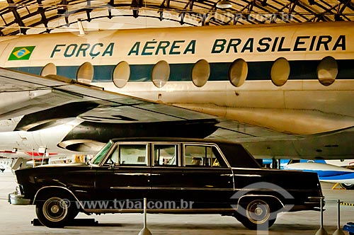 Assunto: Willys Itamaraty - utilizado como carro presidencial - em exposição no Museu Aeroespacial com o Boeing 737 - utilizado como avião presidencial - ao fundo / Local: Campo dos Afonsos - Rio de Janeiro (RJ) - Brasil / Data: 08/2012