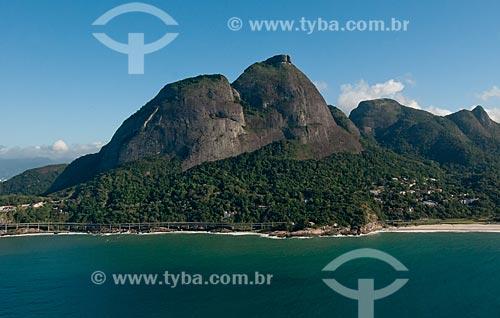 Assunto: Vista do Elevado do Joá - também conhecido como Elevado das Bandeiras - com Pedra da Gávea ao fundo / Local: Joá - Rio de Janeiro (RJ) - Brasil / Data: 08/2012
