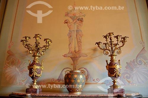 Vaso de porcelana policromada - oferecido pelo Imperador do Japão ao presidente Ernesto Geisel durante visita oficial em 1976 - em exposição no Salão Azul do Museu da República - antigo Palácio do Catete  - Rio de Janeiro - Rio de Janeiro - Brasil