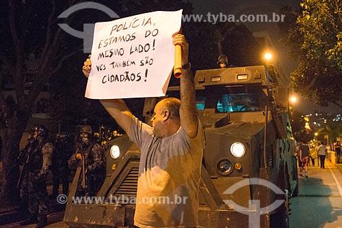 Assunto: Manifestante com cartaz na Avenida Presidente Vargas durante protesto do Movimento Passe Livre / Local: Centro - Rio de Janeiro (RJ) - Brasil / Data: 06/2013