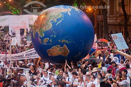 Assunto: Manifestantes na Avenida Presidente Vargas durante o Rio + 20 com bola inflável representando o globo terrestre / Local: Centro - Rio de Janeiro (RJ) - Brasil / Data: 06/2012