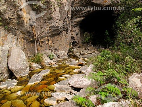 Assunto: Vista do gruta próxima ao paredão de Santo Antônio no Parque Estadual do Ibitipoca / Local: Lima Duarte - Minas Gerais (MG) - Brasil / Data: 10/2010