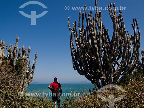 Assunto: Homem observando o mar próximo à cactos / Local: Armação dos Búzios - Rio de Janeiro (RJ) - Brasil / Data: 08/2011