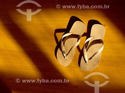 Assunto: Sandálias no chão / Local: Rio de Janeiro (RJ) - Brasil / Data: 07/2012