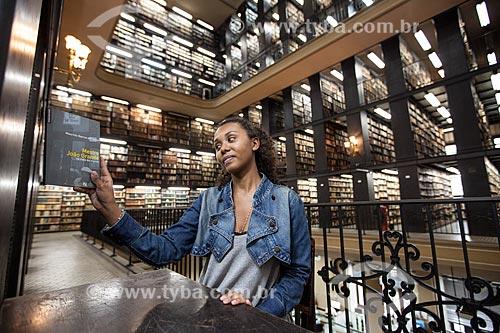 Jovem pesquisando na Biblioteca Nacional  - Rio de Janeiro - Rio de Janeiro - Brasil