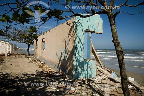 Assunto: Casa derrubada pelo avanço do mar no litoral da Ilha Comprida - Boqueirão Norte / Local: Ilha Comprida - São Paulo (SP) - Brasil / Data: 11/2012