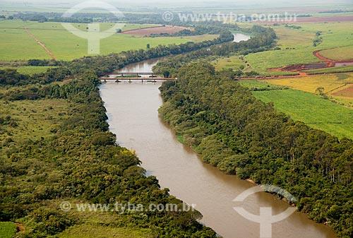 Assunto: Vista aérea de ponte ferroviária sobre o Rio Pardo / Local: Pontal - São Paulo (SP) - Brasil / Data: 05/2013