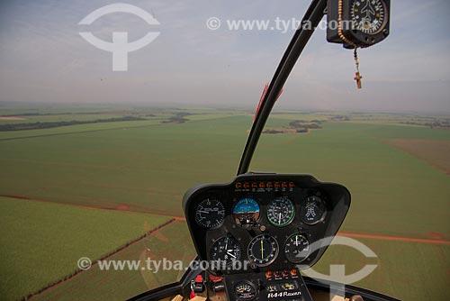 Assunto: Cabine de helicóptero - Robinson 44 -sobre plantação de cana-de-açúcar / Local: Guaíra - São Paulo (SP) - Brasil / Data: 05/2013