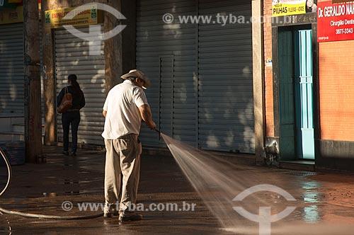 Assunto: Homem lavando o calçadão da Praça XV de Novembro / Local: Ribeirão Preto - São Paulo (SP) - Brasil / Data: 05/2013