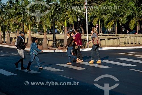 Assunto: Pedrestres na Avenida Jerônimo Gonçalves - após a reforma que removeu as palmeiras centenárias / Local: Ribeirão Preto - São Paulo (SP) - Brasil / Data: 05/2013