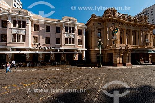 Assunto: Edifício Meira Júnior - onde funciona o Choperia Pinguim à esquerda e o Teatro Pedro II (1930) à direita / Local: Ribeirão Preto - São Paulo (SP) - Brasil / Data: 05/2013