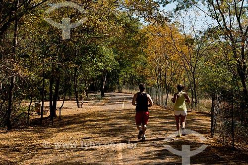 Assunto: Pessoas caminhando no Parque Municipal Prefeito Luiz Roberto Jábali - também conhecido como Parque Curupira / Local: Ribeirão Preto - São Paulo (SP) - Brasil / Data: 05/2013