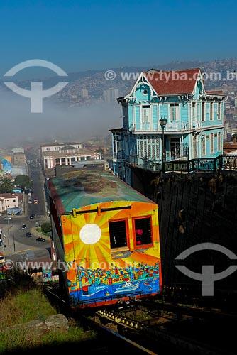 Vista do Ascensor Artillería (Elevador Artilharia) - liga a Plaza Wheelwright ao Paseo 21 de Mayo - no Cerro Artillería (Morro Artilharia) com a cidade de Valparaíso ao fundo e casario histórico à direita  - Valparaíso