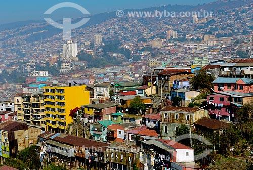 Assunto: Casas no Cerro Santo Domingo (Morro Santo Domingo) com Cerro Cordillera (Morro Cordilheira) ao fundo / Local: Valparaíso - Chile - América do Sul / Data: 05/2013