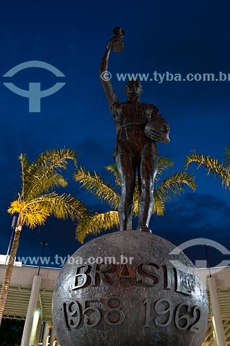 Assunto: Estátua do Bellini na entrada principal do Estádio Jornalista Mário Filho (1950) / Local: Maracanã - Rio de Janeiro (RJ) - Brasil / Data: 06/2013