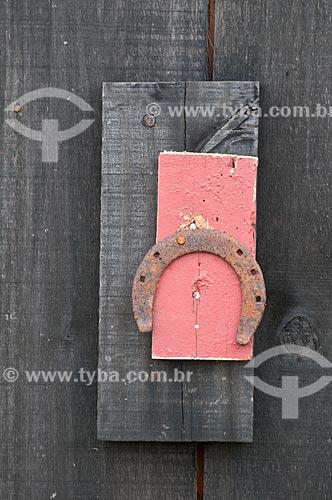 Assunto: Detalhe de ferradura em tábuas de madeira / Local: Campos de Cima da Serra - Rio Grande do Sul (RS) - Brasil / Data: 09/2013