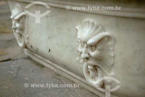 Assunto: Detalhe de banheira em mármore na fonte próximos à Cascatinha Taunay / Local: Rio de Janeiro (RJ) - Brasil / Data: 08/2013