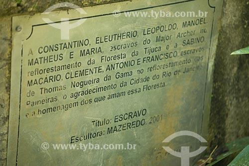 Assunto: Placa no Monumento ao Escravo (2001) - monumento em homenagem aos escravos que ajudaram no reflorestamento da Floresta da Tijuca / Local: Rio de Janeiro (RJ) - Brasil / Data: 08/2013