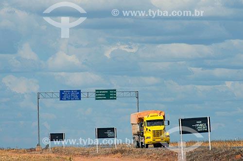 Assunto: Caminhão na BA-462 próximo ao distrito de Roda Velha / Local: São Desidério - Bahia (BA) - Brasil / Data: 07/2013