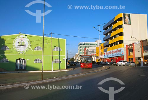 Assunto: Tráfego na Avenida Cleriston Andrade - nome que recebe a BR-242 no centro da cidade / Local: Barreiras - Bahia (BA) - Brasil / Data: 07/2013