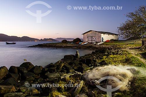 Assunto: Barcos em frente a casa de barcos na Praia da Armação do Pântano do Sul / Local: Florianópolis - Santa Catarina (SC) - Brasil / Data: 08/2013