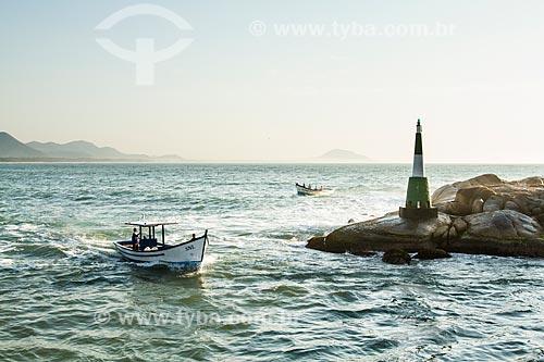Assunto: Barco de pesca entrando no Canal da Barra da Lagoa / Local: Florianópolis - Santa Catarina (SC) - Brasil / Data: 08/2013