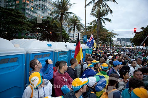 Assunto: Peregrinos aguardando a passagem do Papa Francisco na Jornada Mundial da Juventude (JMJ) / Local: Copacabana - Rio de Janeiro (RJ) - Brasil / Data: 07/2013