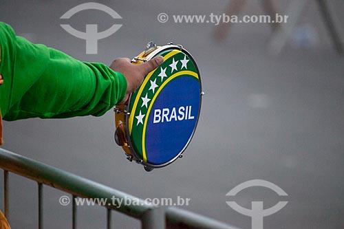 Assunto: Peregrino na Jornada Mundial da Juventude (JMJ) com pandeiro / Local: Copacabana - Rio de Janeiro (RJ) - Brasil / Data: 07/2013