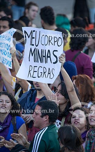 Assunto: Mulher com cartaz na Marcha das Vadias durante a Jornada Mundial da Juventude (JMJ) / Local: Copacabana - Rio de Janeiro (RJ) - Brasil / Data: 07/2013