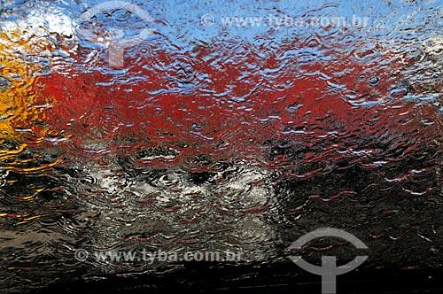 Assunto: Àgua escorrendo em vidro / Local: Mirassol - São Paulo (SP) - Brasil / Data: 09/2013