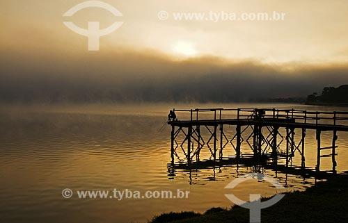Assunto: Pescador em píer na Represa de Furnas / Local: Boa Esperança - Minas Gerais (MG) - Brasil / Data: 07/2013