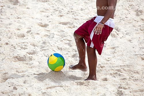 Assunto: Homem jogando futevôlei / Local: Copacabana - Rio de Janeiro (RJ) - Brasil / Data: 09/2013
