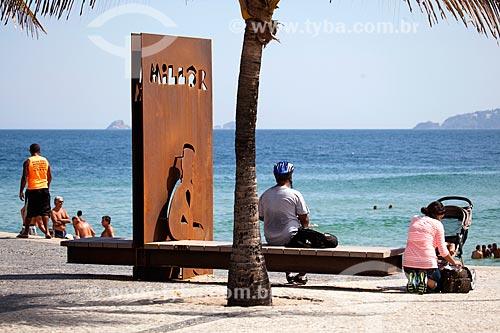 Assunto: Homem sentado no monumento à Millôr Fernandes no Largo do Millôr / Local: Ipanema - Rio de Janeiro (RJ) - Brasil / Data: 09/2013