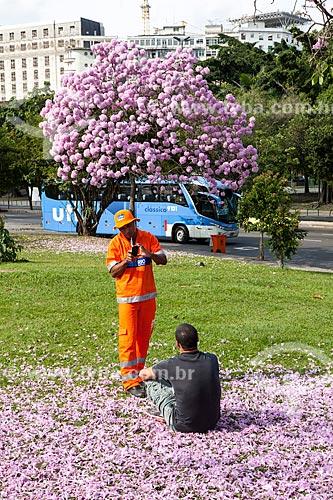 Assunto: Gari fotografando homem próximo à Ipê-Rosa (Tabebuia heptaphylla) florido com o Glória Palace Hotel ao fundo / Local: Glória - Rio de Janeiro (RJ) - Brasil / Data: 08/2013