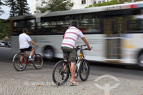 Assunto: Ciclistas aguardando para atravessar rua / Local: Flamengo - Rio de Janeiro (RJ) - Brasil / Data: 08/2013