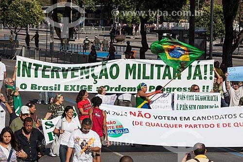 Manifestação favorável a volta dos militares ao poder durante o desfile em comemoração ao Sete de Setembro na Avenida Presidente Vargas - militante Dênia Passos (com a bandeira do Brasil) do movimento Intervenção Militar Já!  - Rio de Janeiro - Rio de Janeiro - Brasil