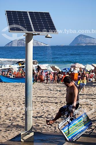 Assunto: Banhista no chuveiro movido a energia solar na Praia de Ipanema - Posto 9 / Local: Ipanema - Rio de Janeiro (RJ) - Brasil / Data: 09/2013