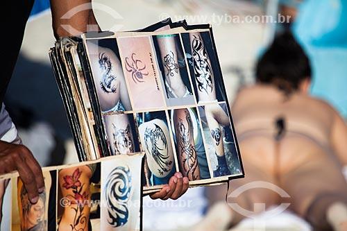 Assunto: Tatuador oferecendo tatuagens de henna na Praia de Ipanema - Posto 9 / Local: Ipanema - Rio de Janeiro (RJ) - Brasil / Data: 09/2013
