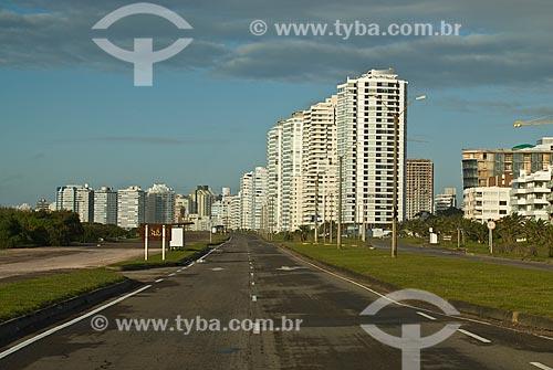 Assunto: Rua vazia e prédios ao fundo / Local: Punta Del Este - Departamento de Maldonado - Uruguai - América do Sul / Data: 09/2013