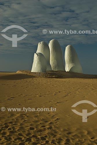 Assunto: Monumento al Ahogado (Monumento ao afogado) - também conhecido como La Mano (1982) / Local: Punta Del Este - Departamento de Maldonado - Uruguai - América do Sul / Data: 09/2013