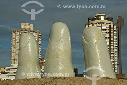 Assunto: Monumento al Ahogado (Monumento ao afogado) - também conhecido como La Mano (1982) com prédios ao fundo / Local: Punta Del Este - Departamento de Maldonado - Uruguai - América do Sul / Data: 09/2013