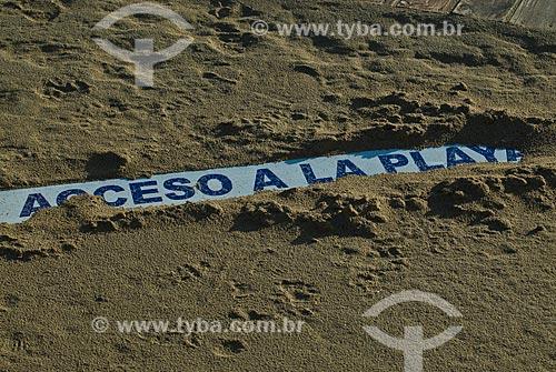 Assunto: Placa na areia informando acesso a praia / Local: Punta Del Este - Departamento de Maldonado - Uruguai - América do Sul / Data: 09/2013