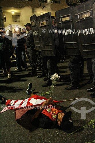 Assunto: Manifestantes do Movimento Passe Livre jogam flores para as forças de segurança durante protesto / Local: Centro - Rio de Janeiro (RJ) - Brasil / Data: 06/2013