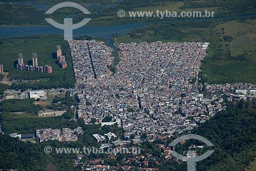 Assunto: Foto aérea da Favela de Rio das Pedras com a Lagoa de Camorim ao fundo / Local: Jacarepaguá - Rio de Janeiro (RJ) - Brasil / Data: 05/2013