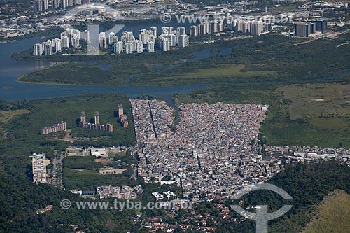 Assunto: Foto aérea da Favela de Rio das Pedras com prédios da Barra da Tijuca ao fundo / Local: Jacarepaguá - Rio de Janeiro (RJ) - Brasil / Data: 05/2013